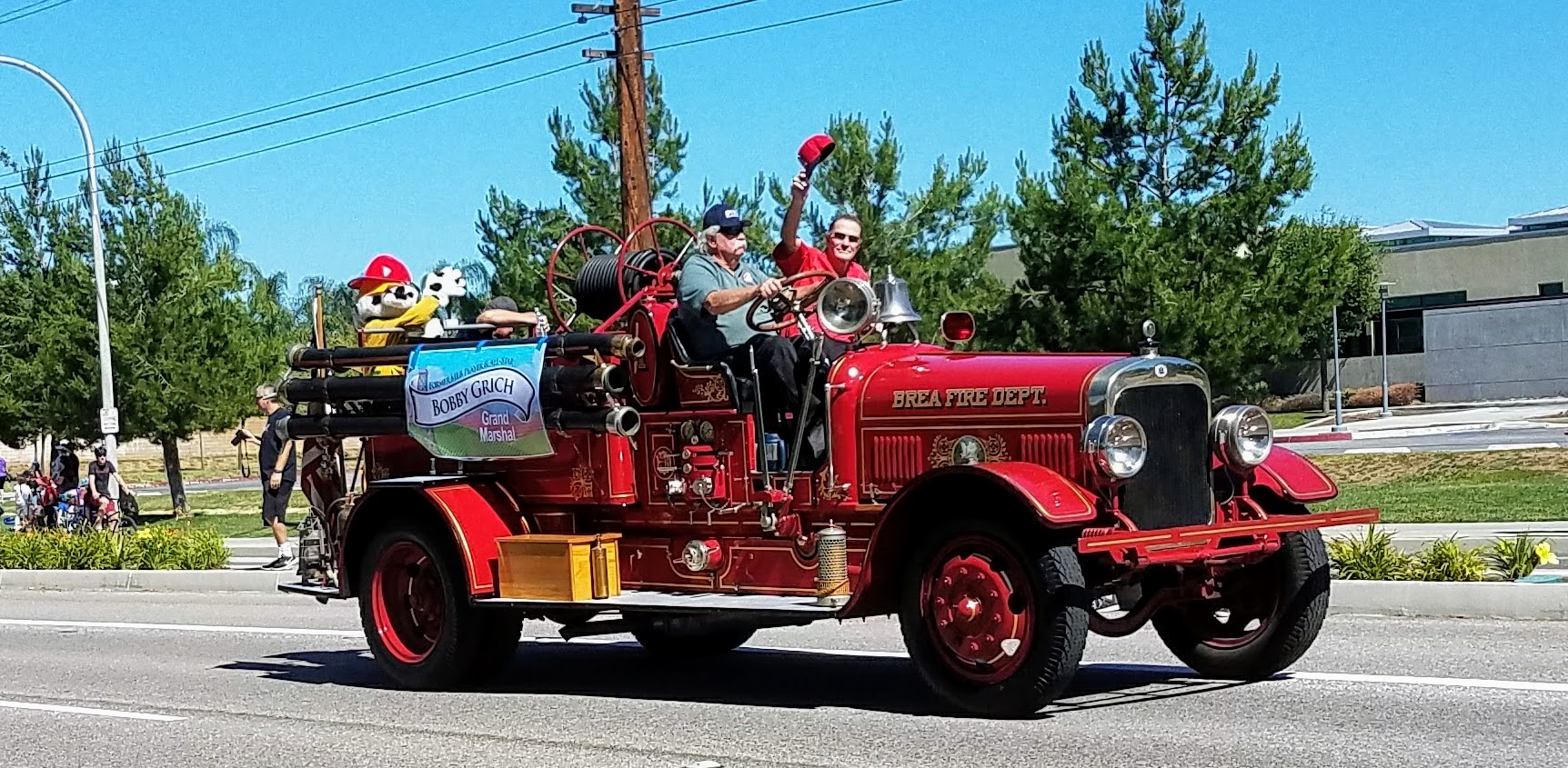 Grand Marshall Bobby Grich, former California Angels' 2nd baseman (being driven by former Brea fireman Dave Mahlstede, class of 63.) (Photo Courtesy of Dena Sommer)